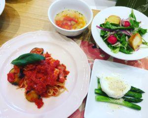 なすとベーコンの手作りトマトソースパスタ パンツァネッラ アスパラのポーチドエッグのせ ミネストローネ