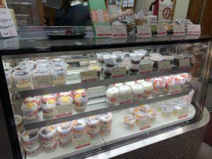 お土産用のあんみつや、テイクアウト用のソフトクリームを売っている売り場