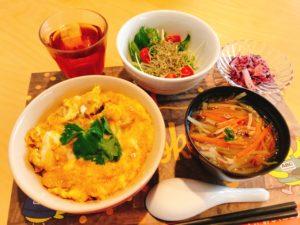 親子丼 水菜とじゃこのサラダ~和風ドレッシング~ 大根のゆかり漬け  お吸い物