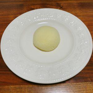 お皿に出してみると、クリーム色の蒸しパンみたい