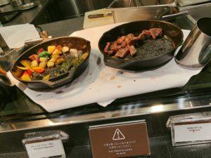牛肉グリルと付け合わせの野菜