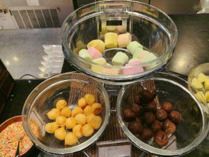 シュークリーム、マシュマロ、果物にチョコをつけて