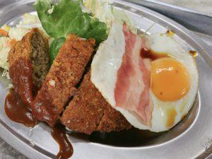 キッチンKのメンチカツ・ベーコンエッグ定食 ¥800