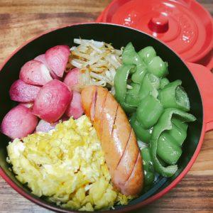 余り物野菜とウィンナーと卵を焼いて乗せたお弁当