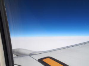 雲の上まで行くと青空が綺麗