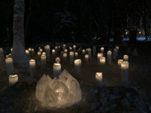 雪で作った蝋燭型のランタン