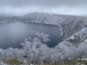 摩周湖水面の標高は350メートルと低地で、気温もマイナス10℃と低温