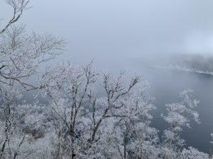摩周湖の周囲は一面300~400mの絶壁に囲まれている