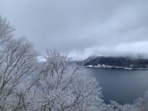 摩周湖はカルデラの地形から強風でも霧氷が出来やすい