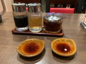 タレは、醤油とお酢とラー油を混ぜていただきます。このラー油がなかなか美味しかった