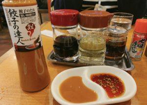 タレは通常の醤油とお酢、ラー油、唐辛子の他に青源特製の味噌だれを付けて食べます