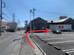 渡った後はまっすぐ歩き、ユニクロの駐車場の後ろの道を右に曲がります