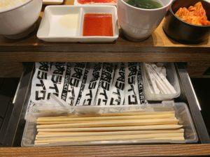 お箸がないなと思ったら、なんとテーブルの引き出しの中に、お箸やおしぼりが入っていました