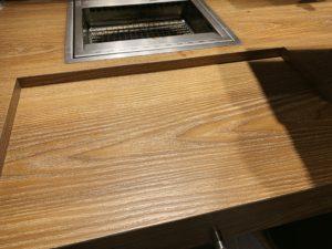 カウンターテーブルにはくぼみがあります。