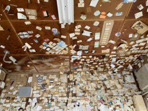 駅舎の中は名刺や切手がたくさん。