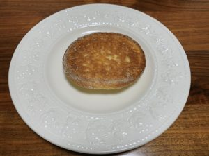 通常のメロンパンより小さめです。皮だけなので裏面は何もありません。