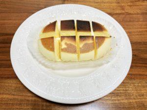 ②切れ目を入れたチーズ蒸しケーキをトースターで4分〜焼き目がつくまでこんがり焼く。