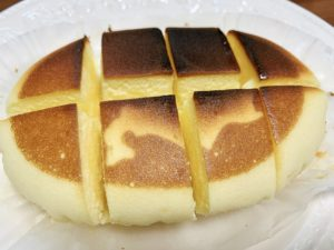 ③焼けたらチーズ蒸しケーキの切れ目に5mmのバターを好きなだけ差し込む。