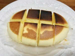 ④周りから手でギュッと抑えて、バターを溶かす。