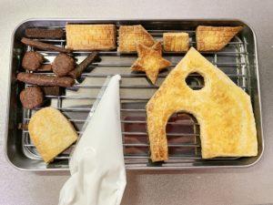 ヘクセンハウスの組み立てには、卵白と粉糖で作ったアイシングを使用