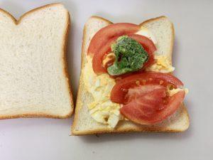 卵の上にトマトと冷凍のブロッコリー ものせて卵サンドを作成