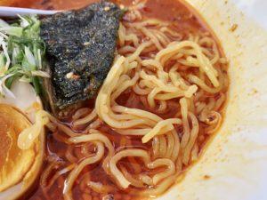 麺は細麺。スープと絡んで美味しい