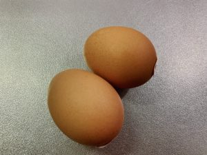 スープを煮立たせ溶き卵を入れる