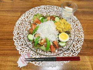 夜ご飯はサラダとかぶの浅漬け。