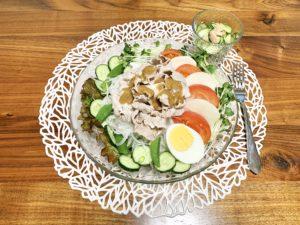 夜ご飯は冷しゃぶサラダとズッキーニとツナのサラダ。