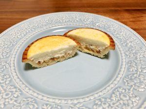 デザートにファミマの焼チーズタルト。