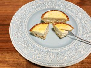 チーズ生地は柔らかくてふわふわしていて、まろやかです。3種のチーズを使用しているだけあって、濃厚なチーズ生地に仕上がっています