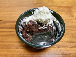 白玉を食べ終わってもこんなにホイップクリームと餡子が余っています。