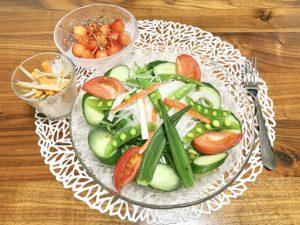 夜ご飯はいつものサラダにゴボウサラダにさくらんぼ、作り置きしたチーズカツ
