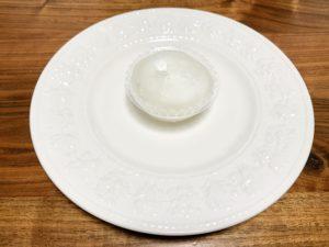 白く透き通るわらび餅です。 柔らかいので、形崩れしないようにトレー入りです。