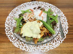 夜ご飯はサラダに豚キムチとゴボウサラダをのせて。