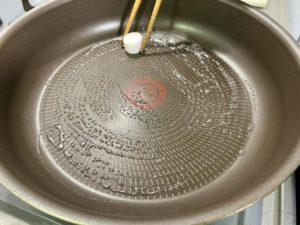 熱したフライパンに牛脂をひき、塩こしょうをした面を下にして肉を強火で焼く。
