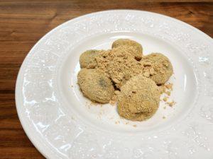 お皿に出してみると…思ったよりもきな粉がたっぷりでびっくり。