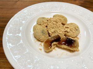 もちもちのわらび餅の中には黒蜜入り。