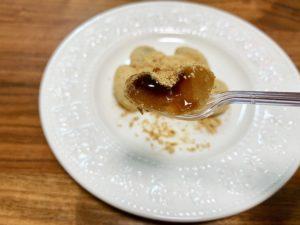 香りが引き立つきな粉は甘さ控えめで、黒蜜の甘さを引き立ててくれます。