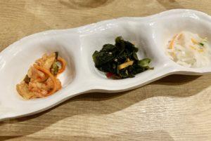 韓国小皿。3品きます。さっぱりした酢の物系もあるのが嬉しいです。