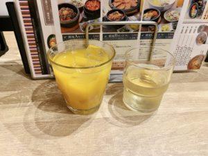 セットドリンクのマンゴージュース。他にもコーン茶を出してくれます。