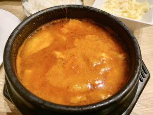 選べるスープのチーズスンドゥブチゲ。アサリなどの海鮮や卵も入っているのでかなりボリューミーです。