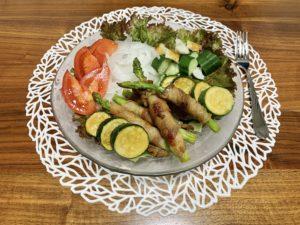 夜ご飯はサラダと肉巻きアスパラ。