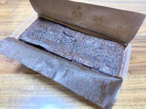 中身が詰まっているチョコレートケーキなのでずっしり重いです。