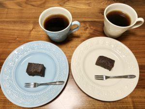 おやつにはカルディで購入したポロショコラ。コーヒーにはカルディで購入した黒糖みつを入れてみました。