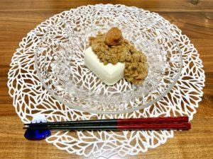 間食しすぎてしまったので夜は控えめにしました。豆腐に納豆と梅干しを乗っけました。