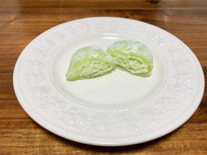 切ってみると中にはメロンクリームがたっぷり。