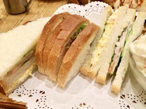 パンは8枚切りぐらいの薄さ。フランスパンのような歯応えもあり美味しい。