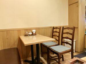 店内はテーブル席とカウンター席があります。