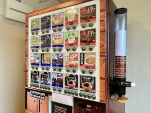 自販機で1種類、好きな飲み物を選びます。
